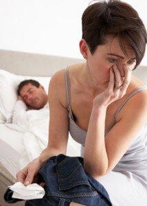 mulher desconfiada descobre recibo no bolso das calças do marido